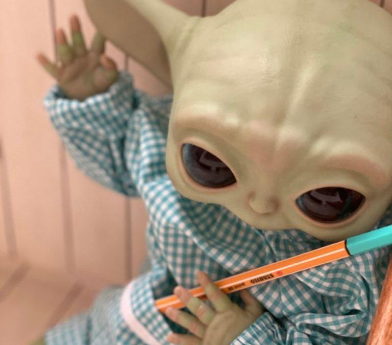 Alumno Baby Yoda y Dolly Alive School